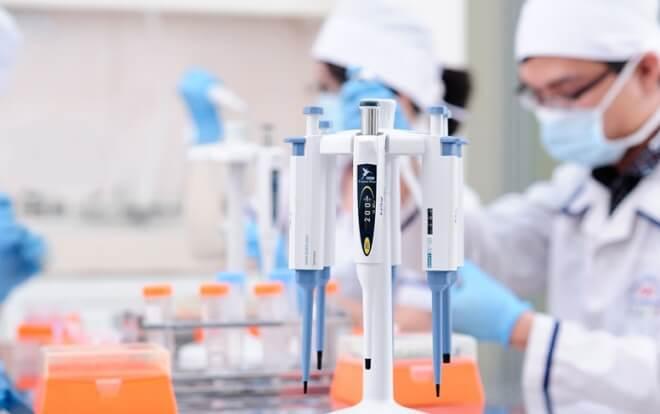 Trang thiết bị y tế được phân làm 04 loại A, B, C, D dựa trên mức độ rủi ro căn cứ theo Nghị định 36/2016/NĐ-CP